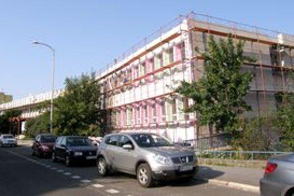 Pohľad na gymnázium z Palánku, kde je hlavný vchod.