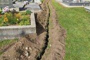 V budúcom roku by mal na cintoríne v Slovanoch pribudnúť nový chodník.