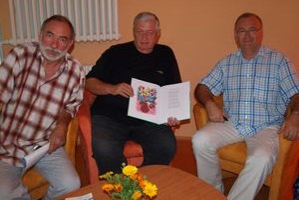 V KOS v Nitre, ktoré akciu pripravilo spolu s Literárnym klubom Janka Jesenského, knihu predstavili (zľava) Pavol Sika, Ladislav Spišiak a Ján Kovarčík.