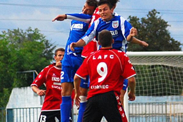 Po bezgólovom polčase hostia (v červenom) strelil v Šali štyri góly.