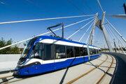 Električka typu Twist v Krakove. Ide o vozidlo poľskej firmy Pesa, ktorú si dopravný podnik opakovane vybral za dodávateľa. Podpis zmluvy však opäť stopli námietky porazenej Škody Transportation.