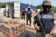 Policajti strážia balíky kokaínu, ktoré minulý týždeň zadržali mexické úrady na lodi v prístavnom meste Manzanillo.