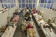 Pacienti s ochorením Covid-19 v nemocnici v ukrajinskom meste Ľvov.