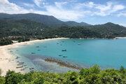 Na archívnej snímke z 5. januára 2020 rybárske loďky a člny slúžiace na prepravu turistov sú na prázdnej pláži na turisticky obľúbenom ostrove Koh Phangan v Thajsku.