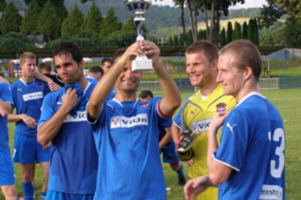 Vionisti s trofejou na turnaji v Kokave. V konkurencii silných súperov dosiahli pekný úspech.