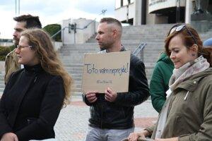 Účastníci 72-hodinového nepretržitého protestu hnutia Progresívne Slovensko za práva žien pred budovou Národnej rady SR.