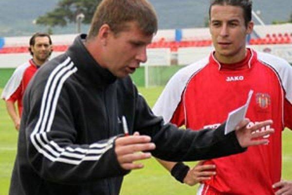 Premiéra pre Martina Babinca. Tréner Šale po prvýkrát vedie futbalistov Dusla na začiatku sezóny, doteraz bol vždy len asistent, alebo bol hlavným trénerom len na krátky záskok. Na snímke s Čirikom, vzadu Pilo.