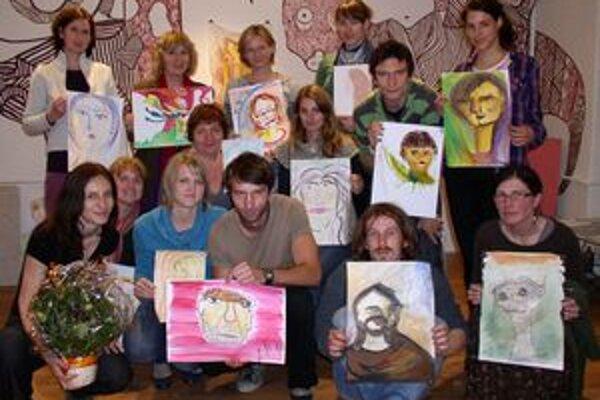 Na poslednej časti Tvorivých reflexií výstav maľovali účastníci svoj autoportrét. S lektorkou Danou Kubalovou (vľavo dole) sa rozlúčili kvetom pasiflory.