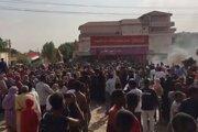 """Ľudia protestujú proti """"vojenskému prevratu""""."""