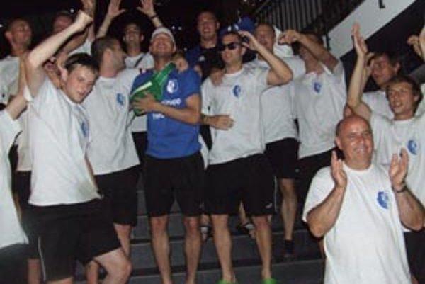 Tím okolo hrajúceho trénera Attilu Pinteho v sobotu v P. Bystrici potvrdil postup a oslavy pokračovali aj po návrate domov.