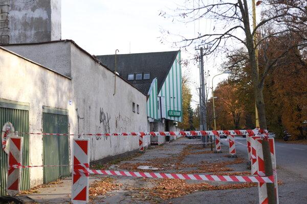 Budovy na Čapajevovej ulici spolu s tribúnou a polovicou hlavného ihriska patria spoločnosti Miroslava Remetu.