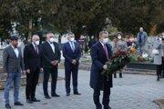 Predseda Národnej rady SR Boris Kollár (vpravo) počas položenia venca k Pamätníku Černovských martýrov pri príležitosti 114. výročia tragédie v Černovej.