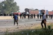 Na policajtov začali strieľať podporovatelia extrémistickej strany Tehríke labbajk Pakistan.