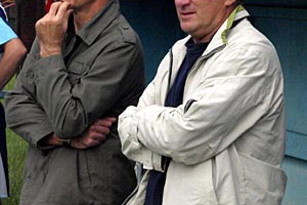 Róbert Pukalovič (vľavo) so svojím asistentom Rudolfom Uličným počas futbalového zápasu proti mužstvu Janíkoviec.