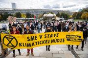 Účastníci Slovenského klimatického štrajku na Námestí slobody v Bratislave, ktorý sa konal takmer týždeň pred začiatkom klimatického summitu COP26.