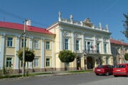Mesto ide zrekonštruovať divadelnú sálu. Nachádza sa v historickej budove šahanskej radnice.