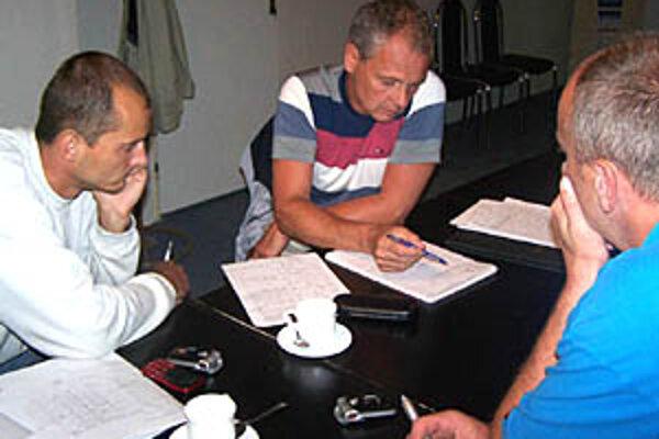V plánoch na budúcu sezónu už Nitra s Petrom Kalným počítať nemôže. Bývalý tréner je na snímke medzi manažérom Ľubomírom Paškom (vľavo) a trénerom juniorov Jánom Hukelom.