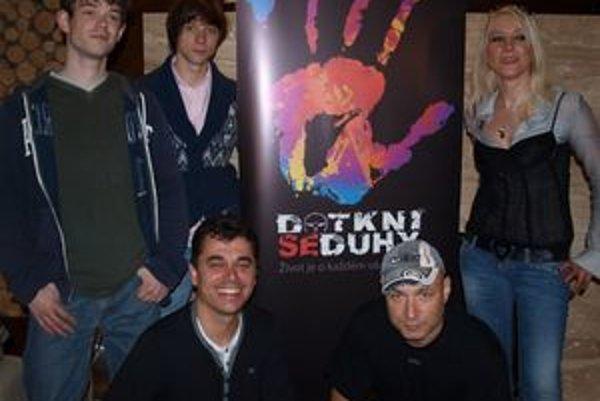 Landovci v Nitre natáčajú film Dotkni se duhy - hore zľava anglickí herci Julian Pindar, Christopher Rithin, Mirjam Landa, dole Roman Pomajbo a Dan Landa.