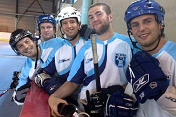 Skupina hokejistov pod vedením Erika Čaládiho (v strede) si zahrala proti in-line hokejistkám.