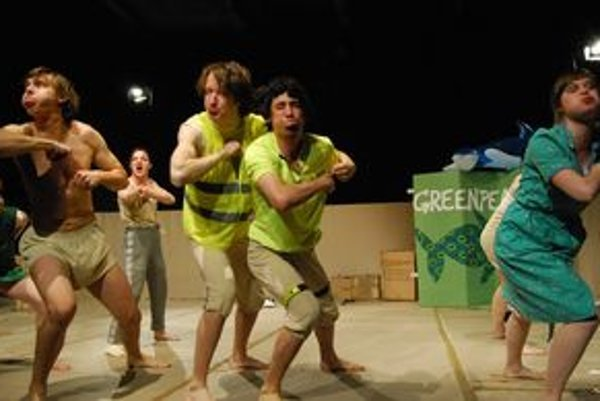 Predstavenie Stvorenie v podaní hercov Katedry alternativního a loutkového divadla DAMU v Prahe.