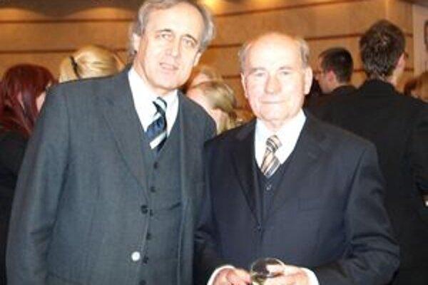 Ocenený Štefan Nosáľ (vpravo) s riaditeľom DAB Jánom Greššom.