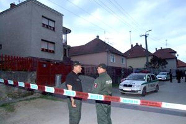 Strieľalo sa v rodinnom dome (na snímke vľavo). Časť ulice bola niekoľko hodín uzavretá, polícia zaisťovala stopy.