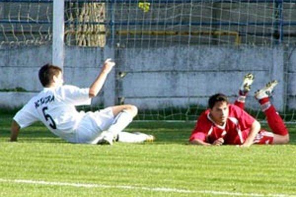 Zo zápasu Vráble - Nitra B: Strelci gólov Svítek a Balko po vzájomnom súboji v 16-tke, kde sa domáci dožadovali jedenástky.