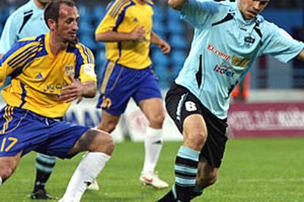 V derby padol jeden gól. Jeho autorom bol Tomáš Kóňa (s loptou). Zľava Burák, Halimi a Bajevski.