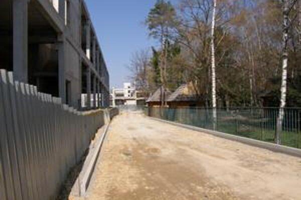 Cesta povedie cez Brezový háj, okolo skeletu Cityparku. Časť pôdy sa však zosunula, preto chce mesto trasu posunúť o niečo ďalej - na miesto, kde dnes stoja dve súkromné chatky.