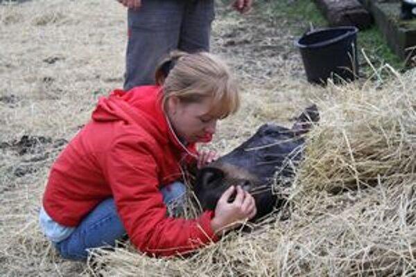 Majiteľka Katarína so svojím Grizu krátko po tom, ako ho hasiči vytiahli zo studne.