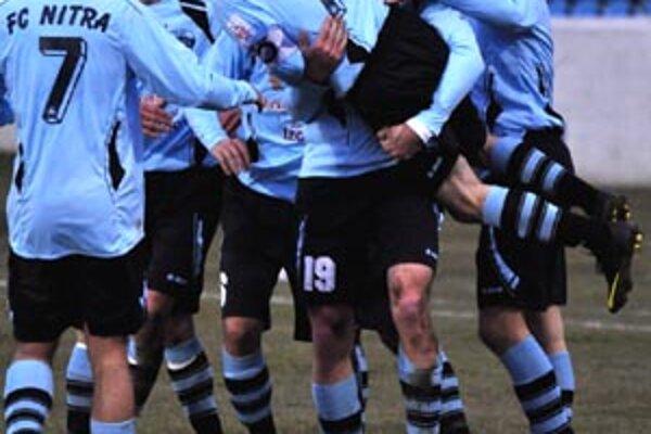 Nitrianska radosť po víťaznom góle do siete Senice nebrala konca. Roba Ráka, ktorý vymyslel oba Šimonekove góly, nosili na rukách.