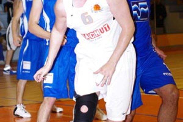 Branislav Tomek opäť úradoval pod košom, ofenzívu si však rozložili viacerí hráči majstra.
