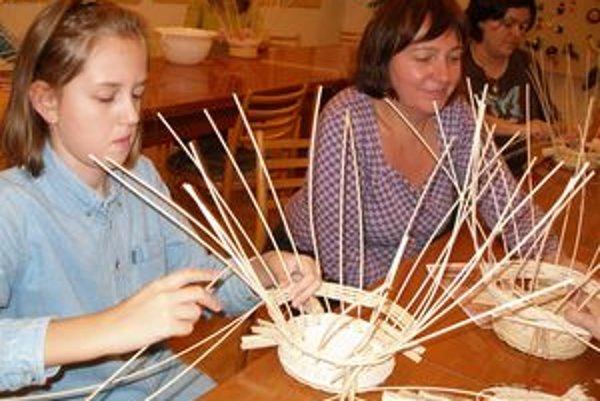V dielňach sa deti aj dospelí naučia pracovať v rôznymi prírodnými materiálmi.