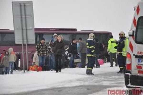 Havária autobusu s kamiónom.