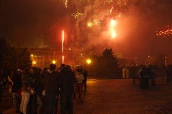 Bez pyrotechnických efektov si dnes už Silvester nedokážeme predstaviť.