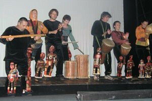Herci na pódiu vytvorili živú bubenícku kapelu, na nohách mali bábky domorodcov.