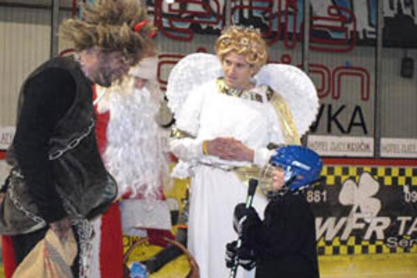 Za balíček chceli počuť Mikuláš, čert a anjel od detí básničku, niektoré im dokonca povedali aj vtip.