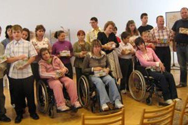 Účastníci súťaže s cenami, ktoré im odovzdala predsedníčka poroty a prezidentka Homo Nitriensis Margita Štefániková.