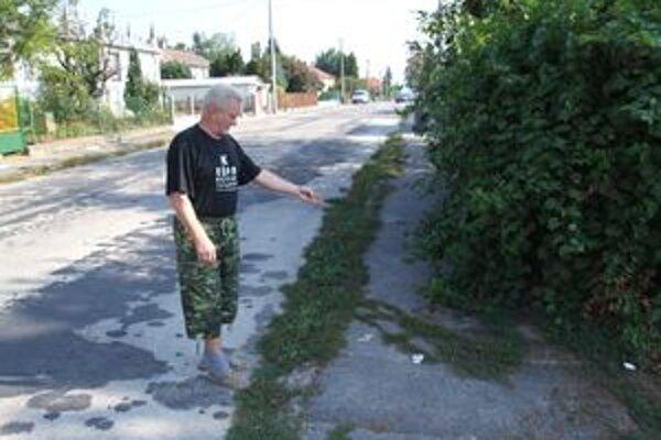 Nebezpečný neporiadok. Živý plot zanedbaného domu ohrozuje ľudí, ktorí prechádzajú po verejnej komunikácii.