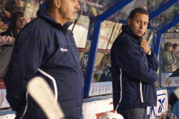 Piatkový zápas s Kazachmi trénera Oremusa nepotešil. Vľavo asistent a oslávenec Černý.