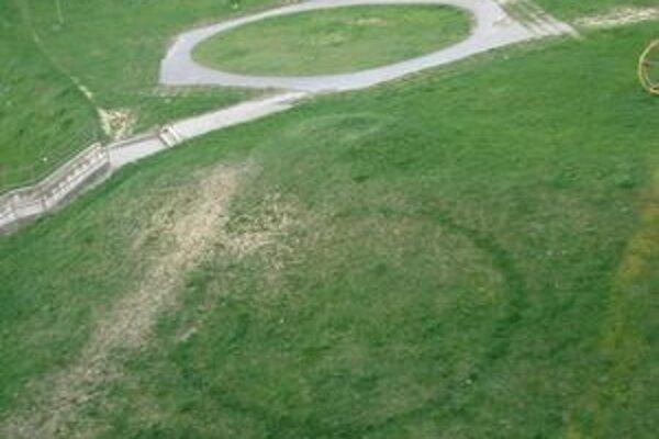 Trávnik na sídlisku Klokočina v Nitre okrem kosačiek zrejme navštívili aj Marťania.Dokazuje to aj kruh v tráve. Smeti však pochádzajú z našich domácnosti.