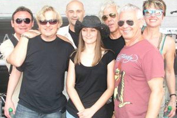 Po zvukovej skúške nám Saragossa Band zapózovala aj s prekladateľkou Michaelou Dankovou (v klobúku).