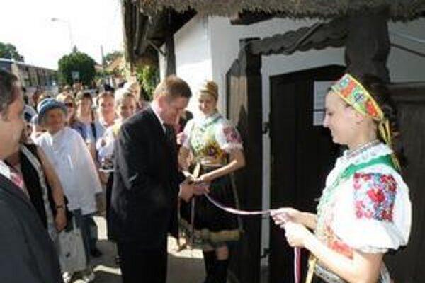Pásku počas slávnostného sprístupňovania Domu ľudového bývania prestrihol predseda Nitrianskeho samosprávneho kraja Milan Belica.