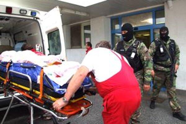 Postrelený bol aj Barnáš. Najskôr bol hospitalizovaný v nitrianskej nemocnici, odkiaľ ho za asistencie kukláčov previezli do väzenskej.