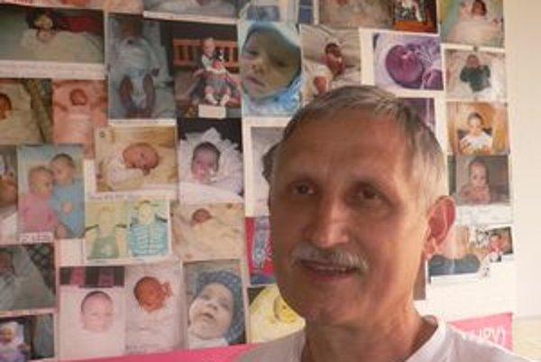 V pozadí detičky, o ktorých mamy sa Jozef Síleš staral v poradni pre tehotné.