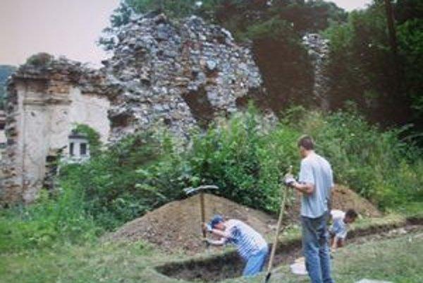 V priestoroch ruín starého Zoborského kláštora sa takmer každoročne organizujú aj rôzne študijné archeologické vykopávky.