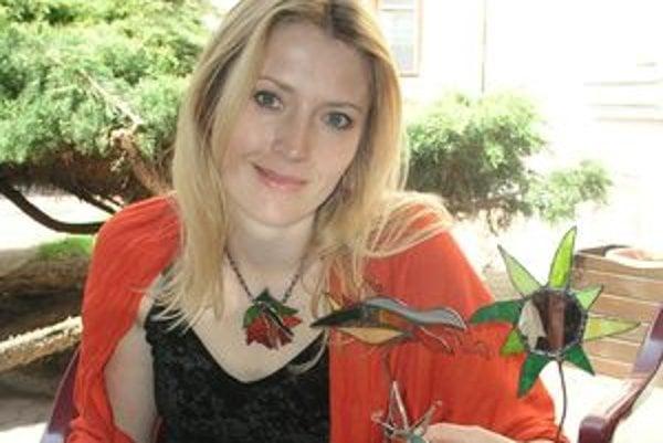 Sylvia Krajčírová z Nitry sa venuje výrobe Tiffanyho šperkov.