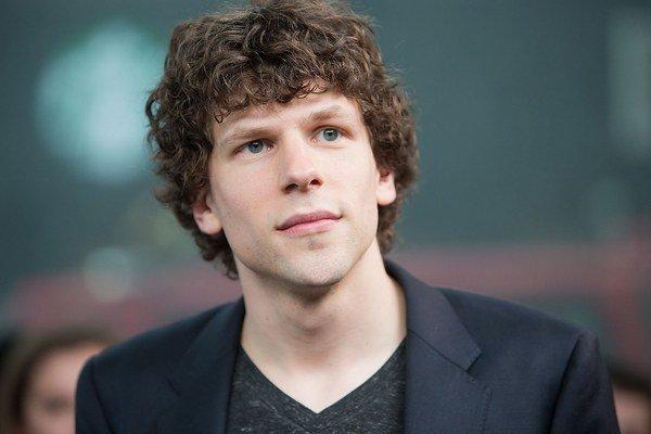 Jesse Eisenberg bol nominovaný na Oscara za sociálnu sieť. Teraz hrá s Kirsten Stewart vo filme American Ultra.