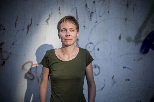JANA BEŇOVÁ (1974 je poetka, prozaička a publicistka. Vyštudovala divadelnú dramaturgiu na Vysokej škole múzických umení v Bratislave. Vydala tri básnické zbierky – Svetloplachý (1993). Lonochod a Nehota (obe 1997). Nasledovali prózy Parker (2001), Dvanás