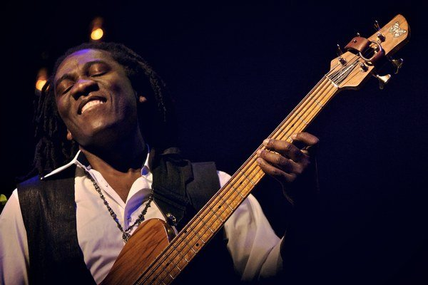 Kubánsky basgitarista Richard Bona žije v súčanosti v New Yorku.